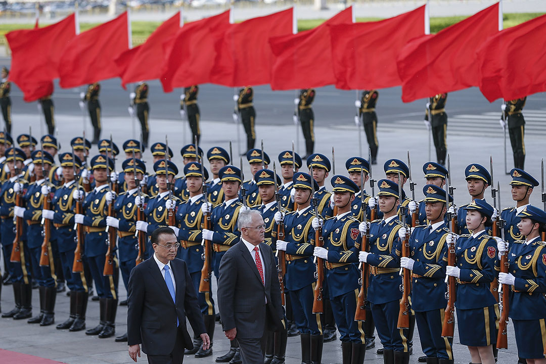 筆者細究發現,實際上澳洲在去年9月就已發出這次軍演邀請,中國到現在才答應,時機的巧合大抵是中美角力波雲詭譎的寫照。圖為2016年4月14日,中國總理李克強陪同澳洲總理馬爾科姆·特恩布爾在北京中國人民大會堂外,觀看歡迎儀式。  攝:Lintao Zhang/Getty Images