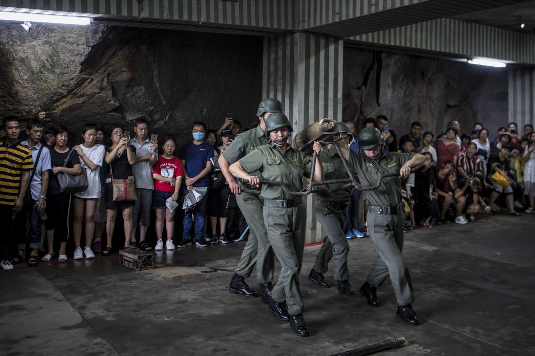 金門東北面的獅山砲陣地,工作人員正在表演上砲彈。