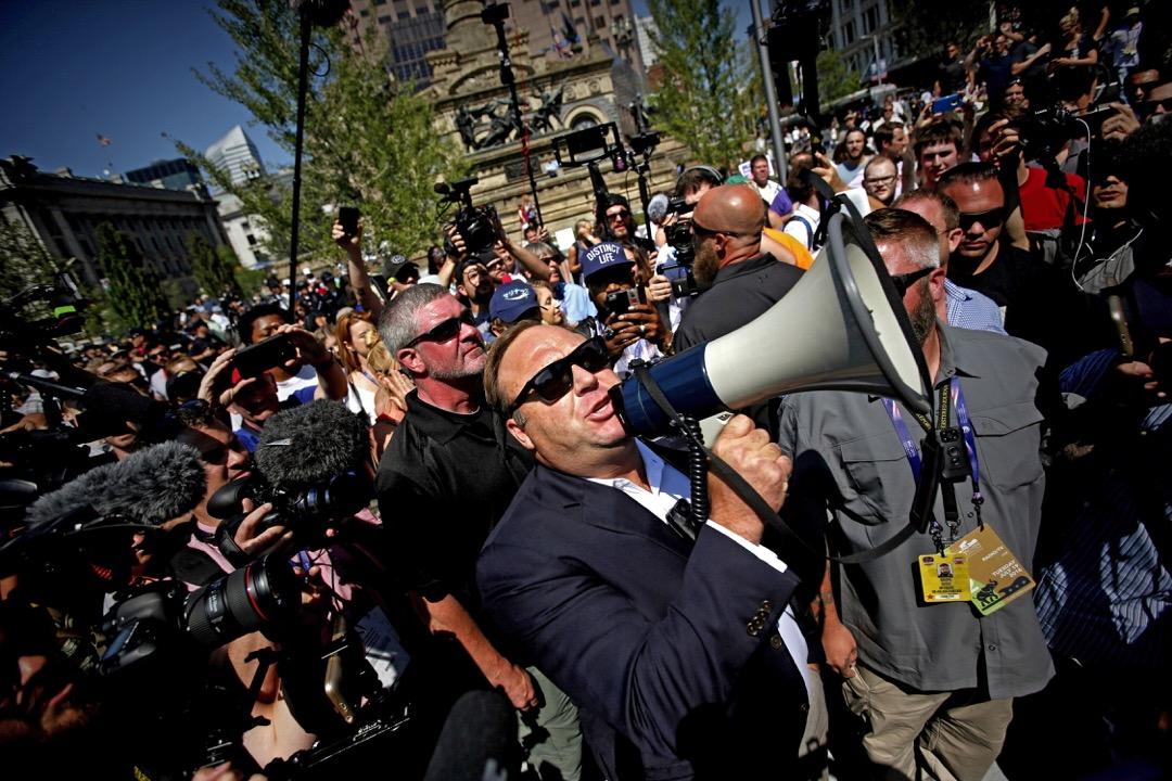 2016年7月,俄亥俄州克利夫蘭市,瓊斯在美國共和黨全國大會會場外透過擴音器向在場民眾發表講話。