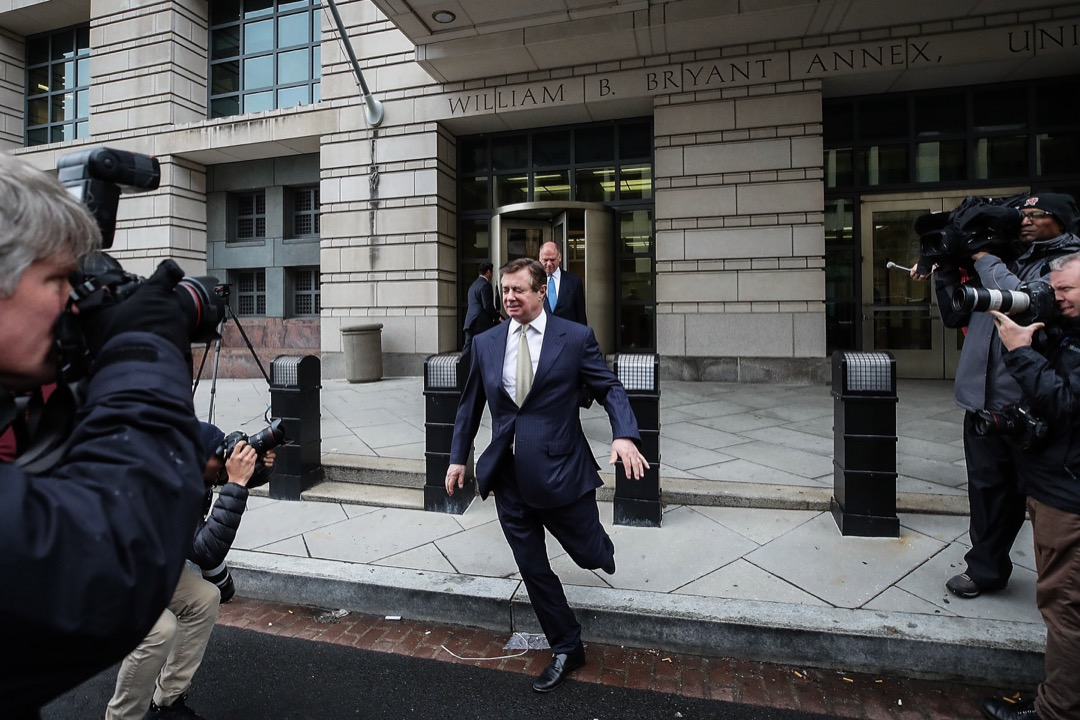這次不管是穆勒還是紐約的檢方不是等着對方律師交出材料,而是敢於出擊,上門搜查馬納福特和科恩,甚至一再挑戰了律師-客戶保密特權。圖為2018年4月,馬納福特步出聯邦法院一刻。