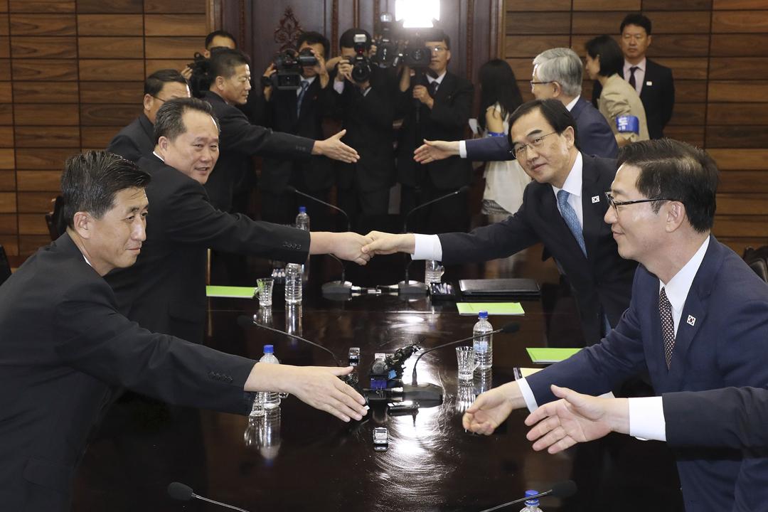 兩韓代表今天於邊界板門店北韓一方的「統一閣」舉行高級別會談,同意於下月在平壤舉行首腦峰會。 圖片來源:南韓統一部 via Getty Images