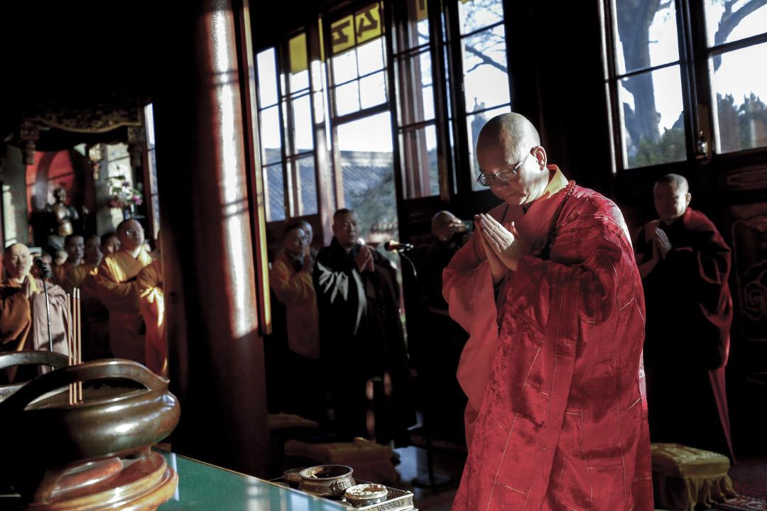 2017年12月21日,龍泉寺住持釋學誠在北京廣濟寺參加佛教儀式。 攝:Du Yang/VCG via Getty Images