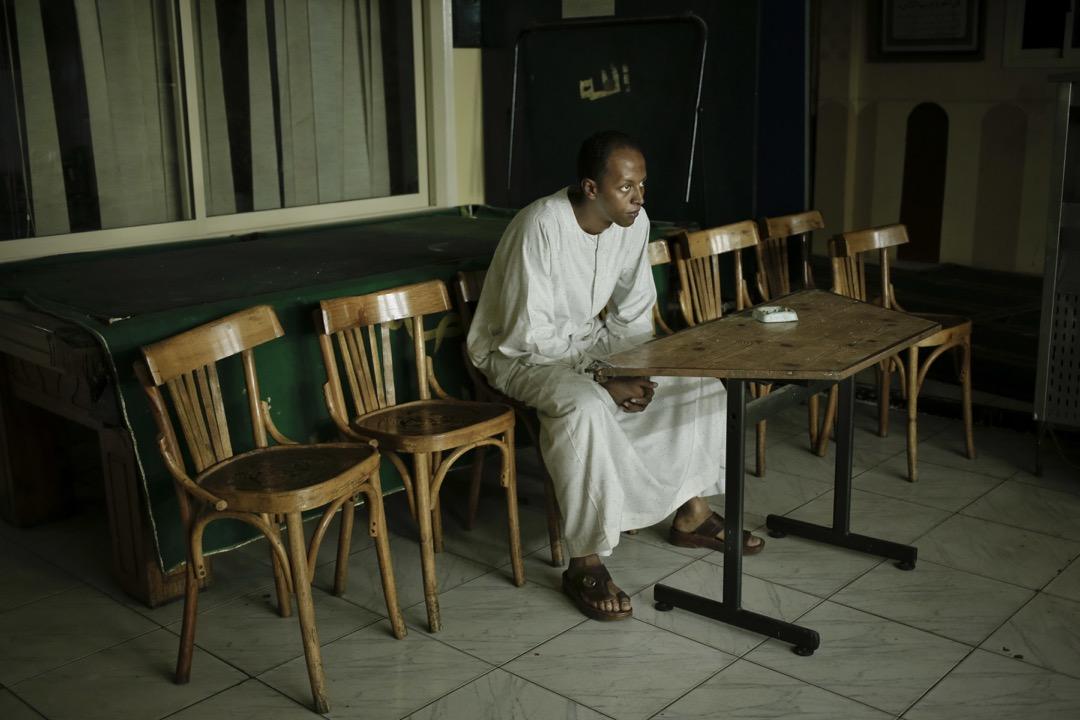 努比亞抗爭者Waleed Toka坐在「努比亞總部」裏。