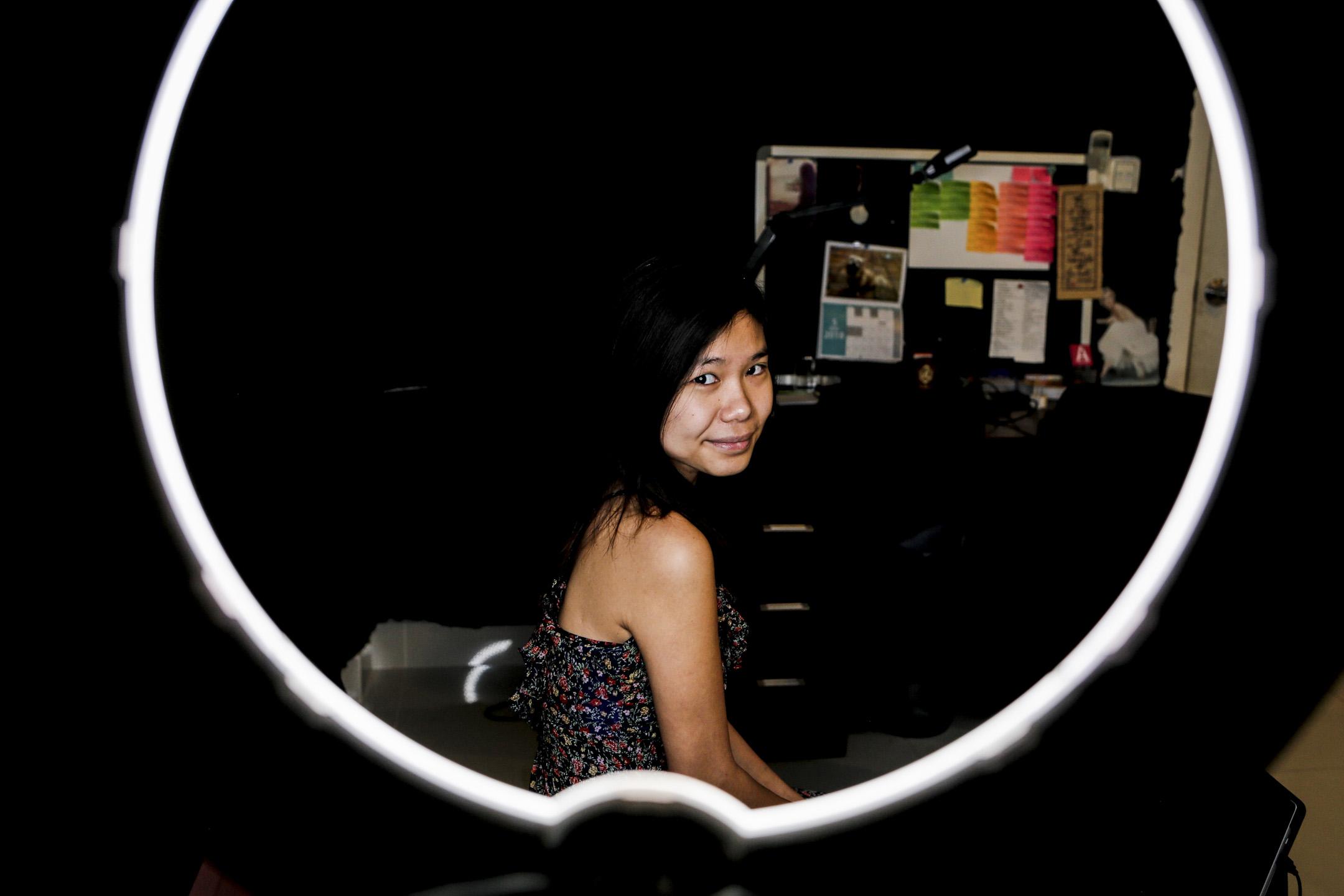 Catherine Harry 今年23歲,來自柬埔寨首都金邊,在2018獲 FOCUS 雜誌評選柬埔寨年度十大影響力創業家及富比世30歲以下亞洲最具影響力青年之一 。她描述自己是一位女權主義者,也是性別平等倡議者。 攝:Ann Wang/端傳媒