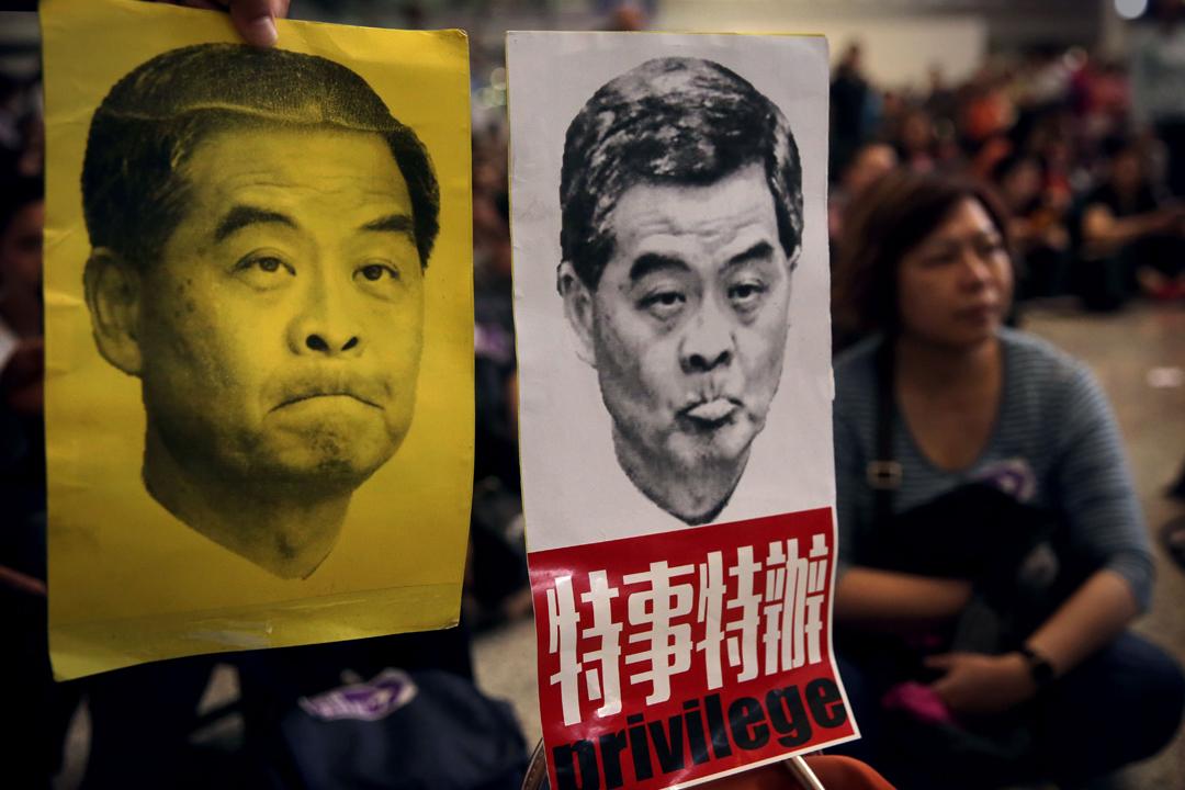 香港前特首梁振英在「行李門」中被指濫用特權、向機管局職員施壓,引起輿論爭議。圖為2016年4月17日,大批香港市民到機場靜坐抗議。 攝:Isaac Lawrence / AFP / Getty Images
