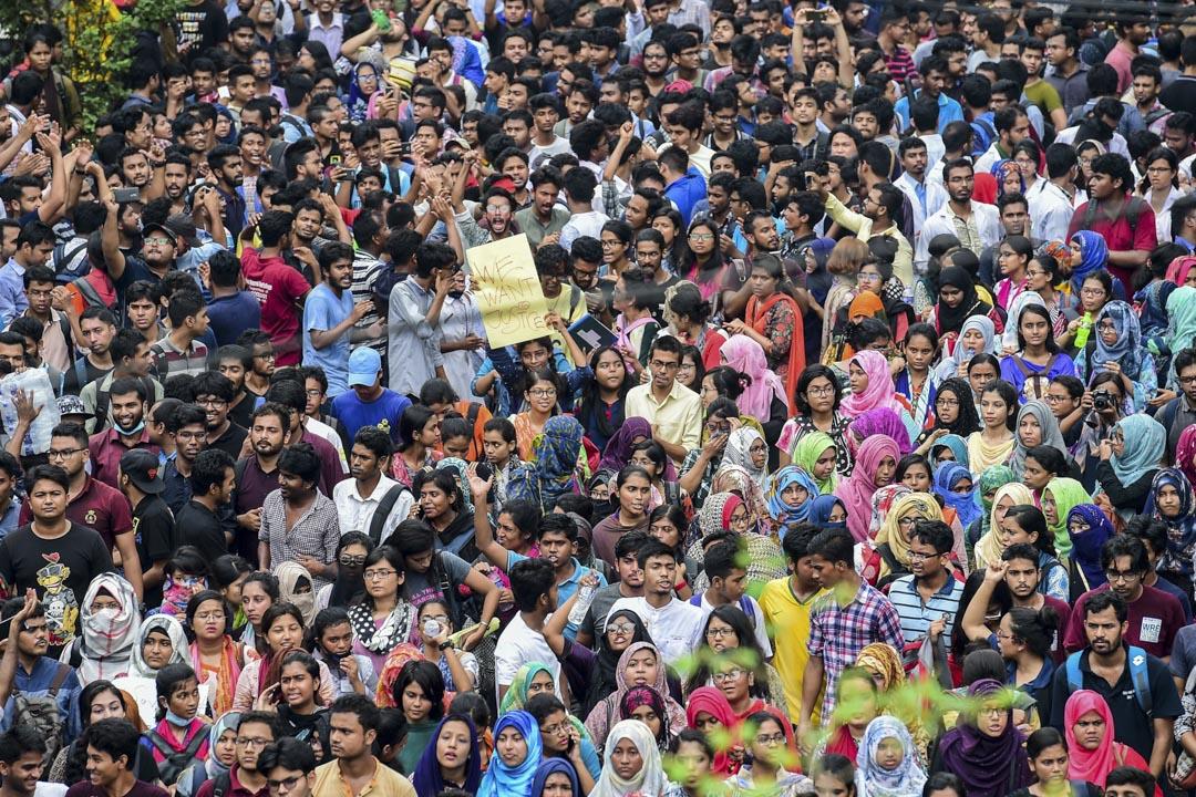 2018年7月29日,孟加拉國的學生意外死亡交通事故,引燃了一場聲勢浩大的學生運動。隨後的一週多時間內,數萬大學生和高中生走上首都街頭,喊着「實現正義」的口號,要求整治運輸行業的安全境況。 攝:Munir Uz Zaman/AFP/Getty Images
