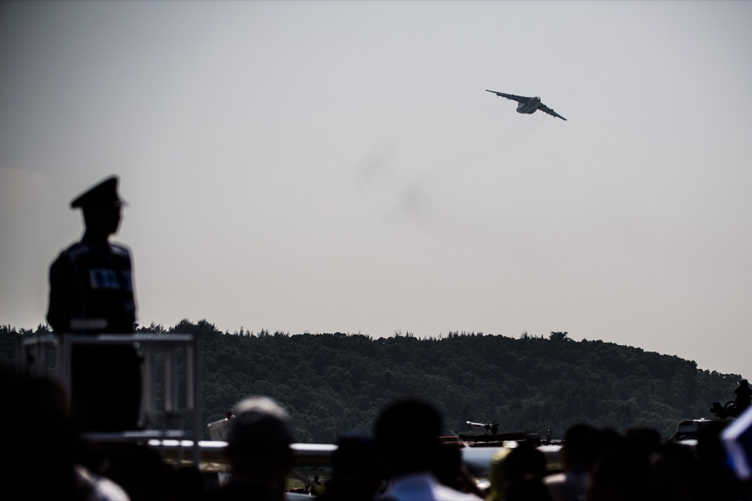 離開了從美國獲取關鍵技術情報,中國科技,特別是國防科技,還能維持近年高歌猛進的勢頭嗎?圖為一隻運-20大型運輸機進行飛行展示。