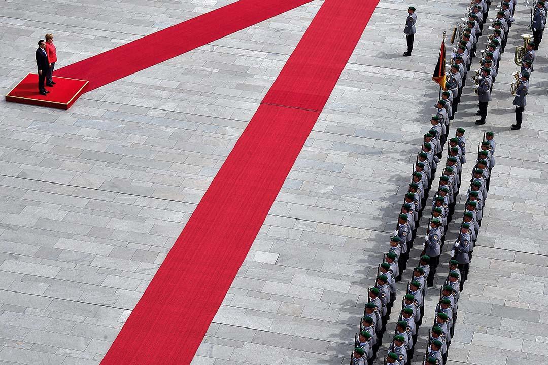 究其本質,是德國對中國政體的不信任:中國最終還是一個漂游在極權主義界線上的威權國家。圖為2018年7月9日,德國總理梅克爾和中國總理李克強在德國柏林舉行的歡迎儀式上。