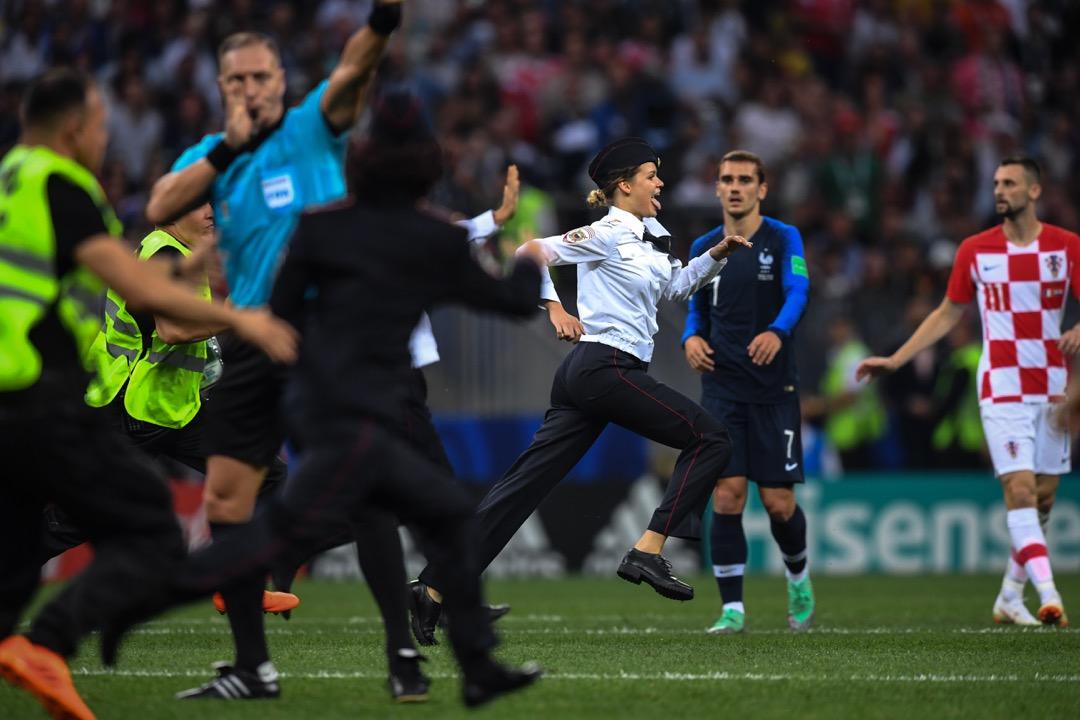 7月15日,世界盃決賽,法國隊和克羅地亞隊激戰正酣。比賽進行到第52分鐘,場上突然衝進4名觀眾,高舉雙手穿梭在球員之中,主裁判只能叫停比賽。著名的俄羅斯龐克樂隊Pussy Riot聲稱對此事負責,並將其當代藝術創作命名為「警察進入比賽」(Policeman enters the Game)。