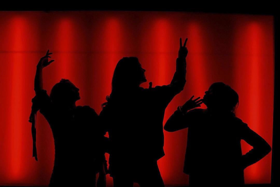 眾多公共討論中,林清認可一種解釋,即性騷擾和性侵產生的土壤,「是一個不尊重女性自主意願和身體邊界的環境,是一個權力太過輕易被濫用而不用付出代價的環境」。圖為柏林一次「陰道獨白」話劇舞台上。 攝: Julien Behal - PA Images/PA Images via Getty Images