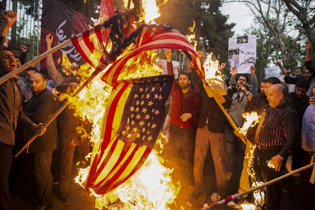 總統魯哈尼發動的「心理戰」,將責任歸咎為美國,當前一切匯市紊亂都是美國政府宣傳的恐慌情緒所致。圖為2018年5月9日,伊朗舉行反美示威焚燒美國國旗。