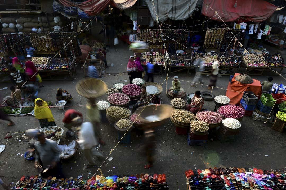 孟加拉國的經濟依然依賴農業和廉價勞動力為主的紡織、輕工業。受過高等教育的年輕人,需要更多的就業出口。