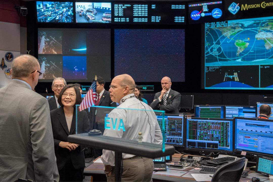 2018年8月19日,美國侯斯頓,台灣總統蔡英文參訪 NASA 旗下的約翰遜太空中心。 圖片來自蔡英文的 Facebook 頁面