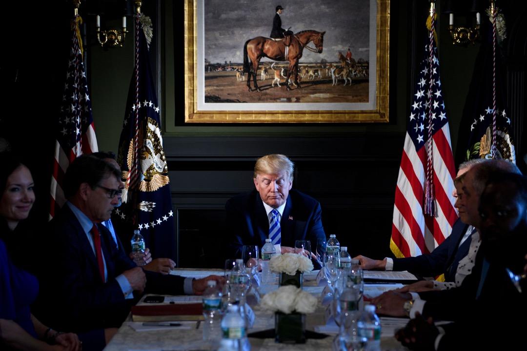 特朗普對忠誠度的要求和美國政治產生的衝突早在競選時就已然突顯。在他看來自己獲勝就像是企業併購成功,被併購企業的員工就應該馬上效忠新老闆。他完全沒有意識到,二者其實是合作關係。 攝:Brendan Smialowski/AFP/Getty Images