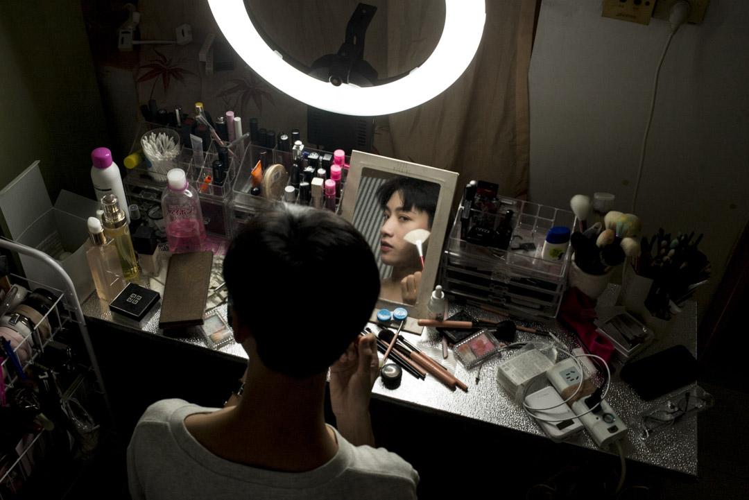 八里的美妝頻道已經收穫了六萬粉絲,人氣影片的播放量高達26.4萬。