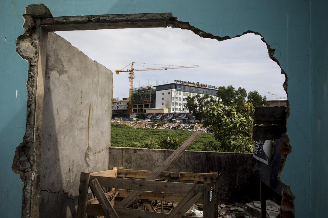 中國向柬埔寨的援助側重與官方合作,興建更容易被媒體與公眾注意到的大型基礎設施項目,且「沒有附加任何條件」,因此能直接支持洪森的執政合法性,也更受洪森重視和青睞。
