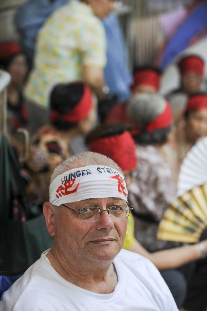 2010年7月20日,甘浩望神父帶領爭取居港權人士在立法會大樓外進行絕食抗議,為香港境外出生的子女尋求居港權。