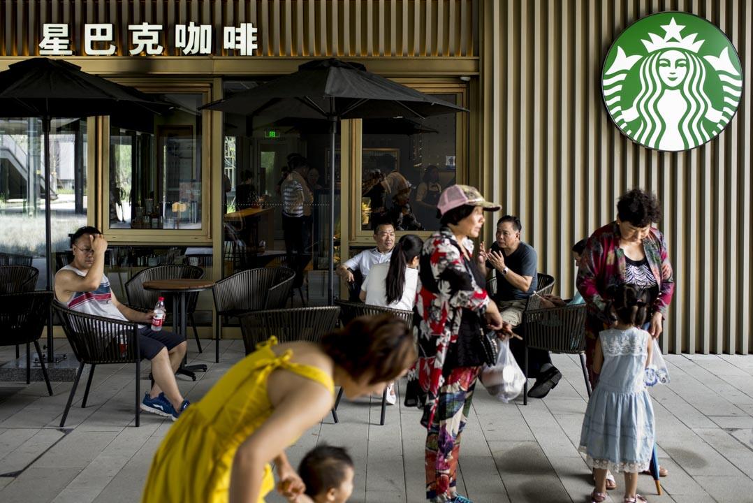 消費園區裏有各類餐廳:賽百味(Subway)、麥當勞和星巴克。