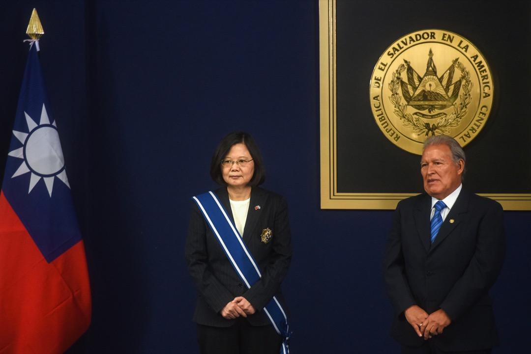台灣總統蔡英文曾於去年1月對薩爾瓦多進行國是訪問,期間與薩爾瓦多總統桑切斯(Salvador Sánchez Cerén)舉行首腦峰會,並獲桑切斯頒授「金質大十字勳章」,象徵薩爾瓦多將台灣視作「親密朋友」。  攝:Marvin Recinos/AFP/Getty Images