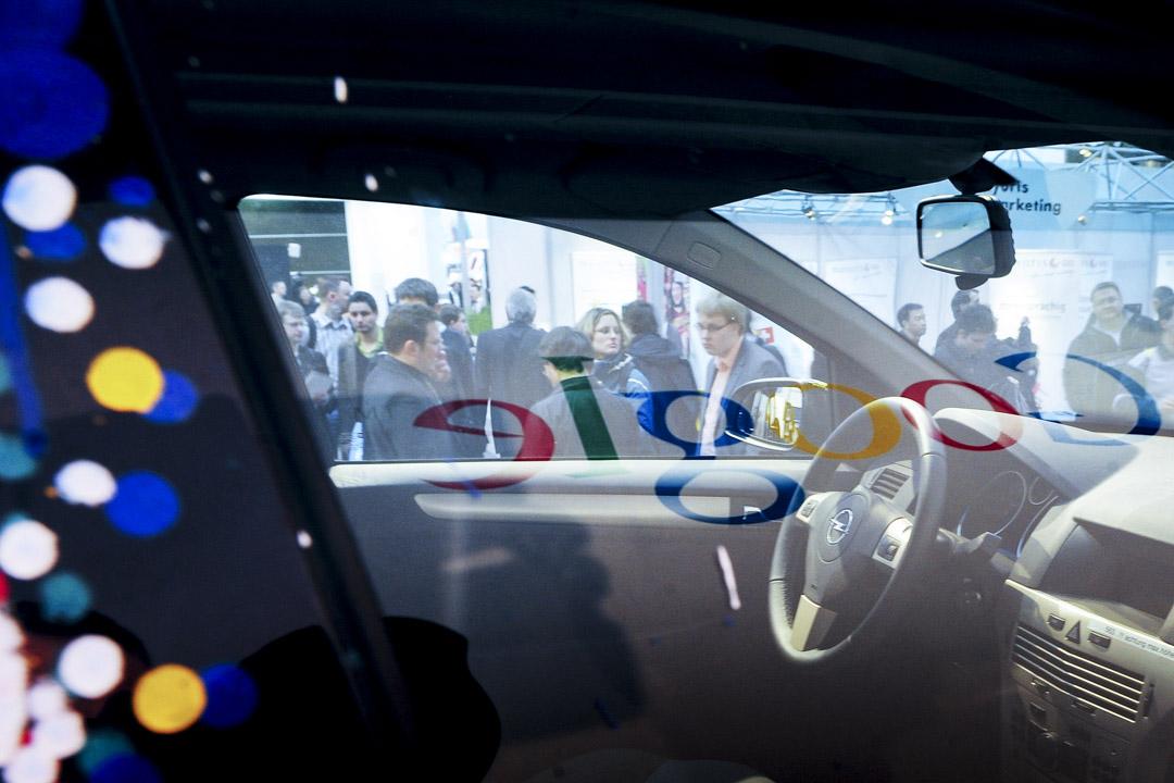 2018年7月18日,Google遭歐盟執委會處以50億美元罰款,並命令Google目前要求Android裝置製造商使用Google Play商店時,須連帶安裝Chrome網頁瀏覽器和Google搜尋引擎等應用程式的方式須在90天內改變。