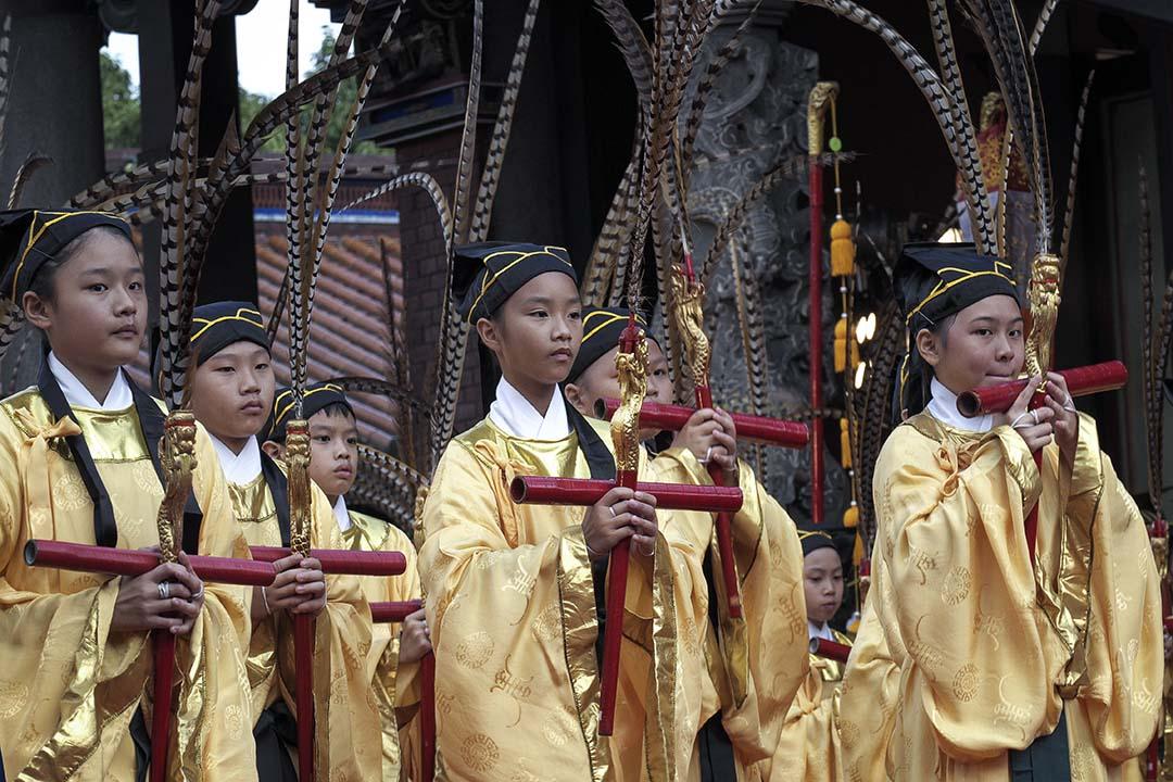 整個社會還是彌漫着「萬般皆下品、唯有讀書高」的氣氛,每次考完試或放榜的時候,媒體一定要找各種榜首或者滿分的同學來訪問一番。圖為2013年9月28日,台北孔廟的初中學生表演傳統舞蹈,以紀念中國備受尊敬的聖人孔子2563歲誕辰。