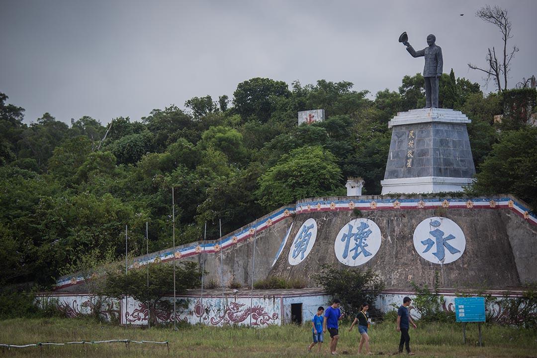 無論有意無意,事件都反映出,在台灣,「轉型正義與歷史清算」仍然屬於禁忌話題,是啟動閱聽大眾或媒體自我審查的開關。圖為烈嶼上的蔣介石像。 攝:陳焯煇/端傳媒