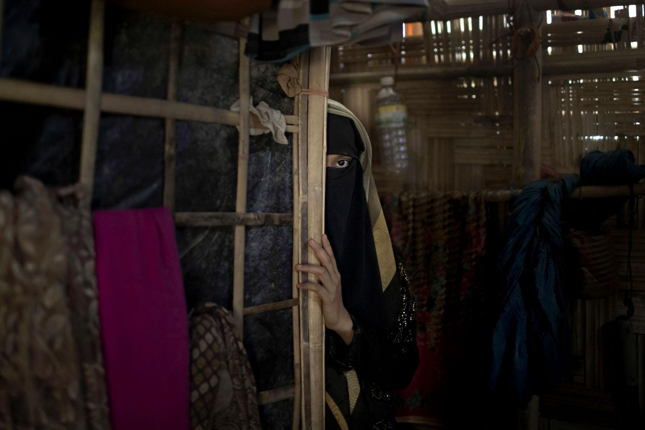 住在Jamtoli難民營的「A」從她的帳篷幕牆後面望出來。 攝:Wong Maye-E/AP