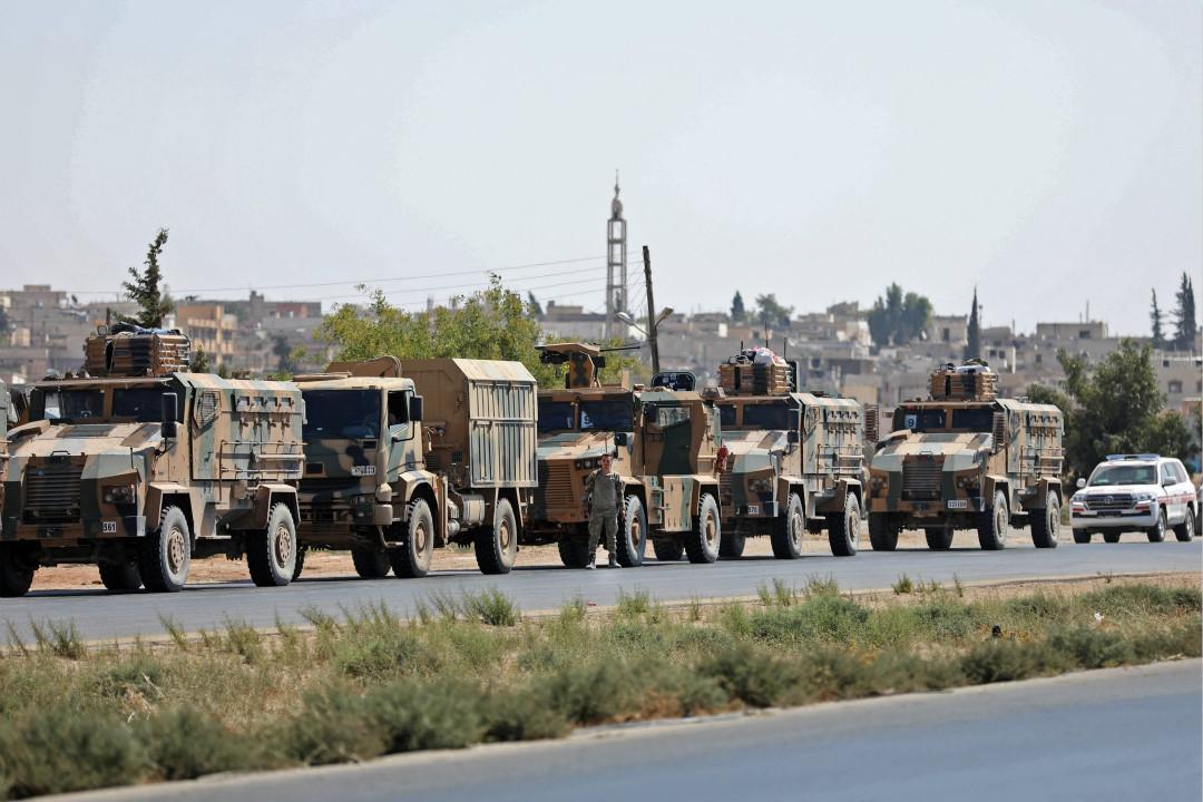 2018年8月29日,敘利亞西北部伊德利布省(Idlib)薩拉齊布(Saraqib)鎮附近公路上出現土耳其武裝部隊的車輛。 攝:Omar Haj Kadour/Getty Images