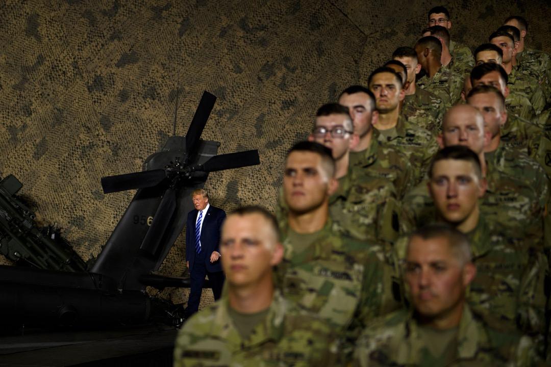 2018年8月1日,美國參議院批准的《2019財年國防授權法案》,就相對集中地體現了美國在安全等更廣泛領域的對華防範姿態。圖為2018年8月13日,美國總統特朗普於紐約州德拉姆堡陸軍基地為法案舉行簽署儀式。