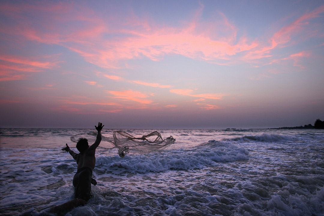 我的這本書也是針對印度洋的海洋史研究的一種延伸,我就強調如果我們特別關注印度洋的孟加拉灣這塊,我們就可以看到這區域有相當密切的互動關係。 圖為一名緬甸漁民在孟加拉灣捕魚。