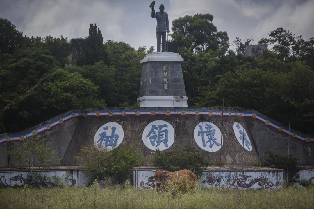 小金門島上豎立了一個蔣介石像,空地被野草和牛佔據。