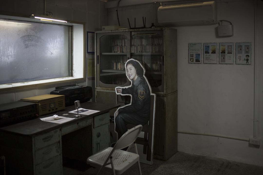 金門馬山播音站內,鄧麗君的人型紙板在播音室𥚃。