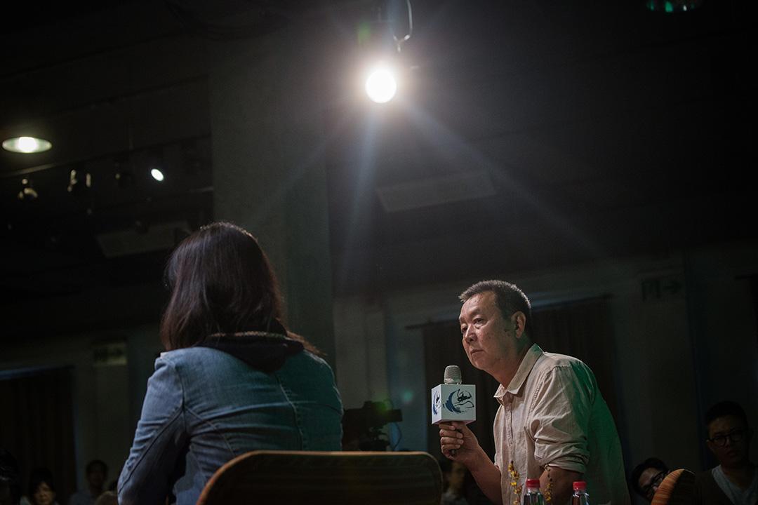 有一年,在上海大學的座談會上,一名年輕學生問徐星:「咱們為什麼就不能輕鬆一點呢?」圖為徐星在台北出席龍應台基金會主辦的放映會,會後和觀影者座談。