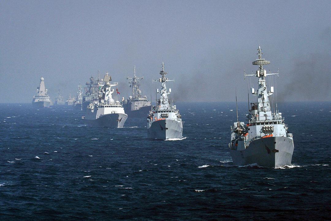 中國近年積極參與外國軍演,近一年便先後到蒙古、印尼、柬浦寨、孟加拉、巴基斯坦、斯里蘭卡、俄羅斯、意大利、白羅斯、阿曼、馬里、蘇丹、紐西蘭等地舉行聯合演習。圖為2017年2月13日,巴基斯坦港口城市卡拉奇附近的阿拉伯海舉行的Aman-17多國海軍演習,有來自各國的海軍艦艇,包括中國和澳洲。