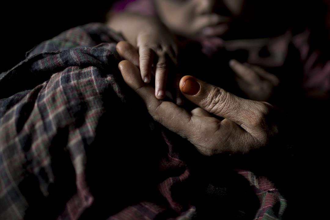 住在Balukhali難民營的「S」手裏執著她剛誕下不久的男嬰的小手。