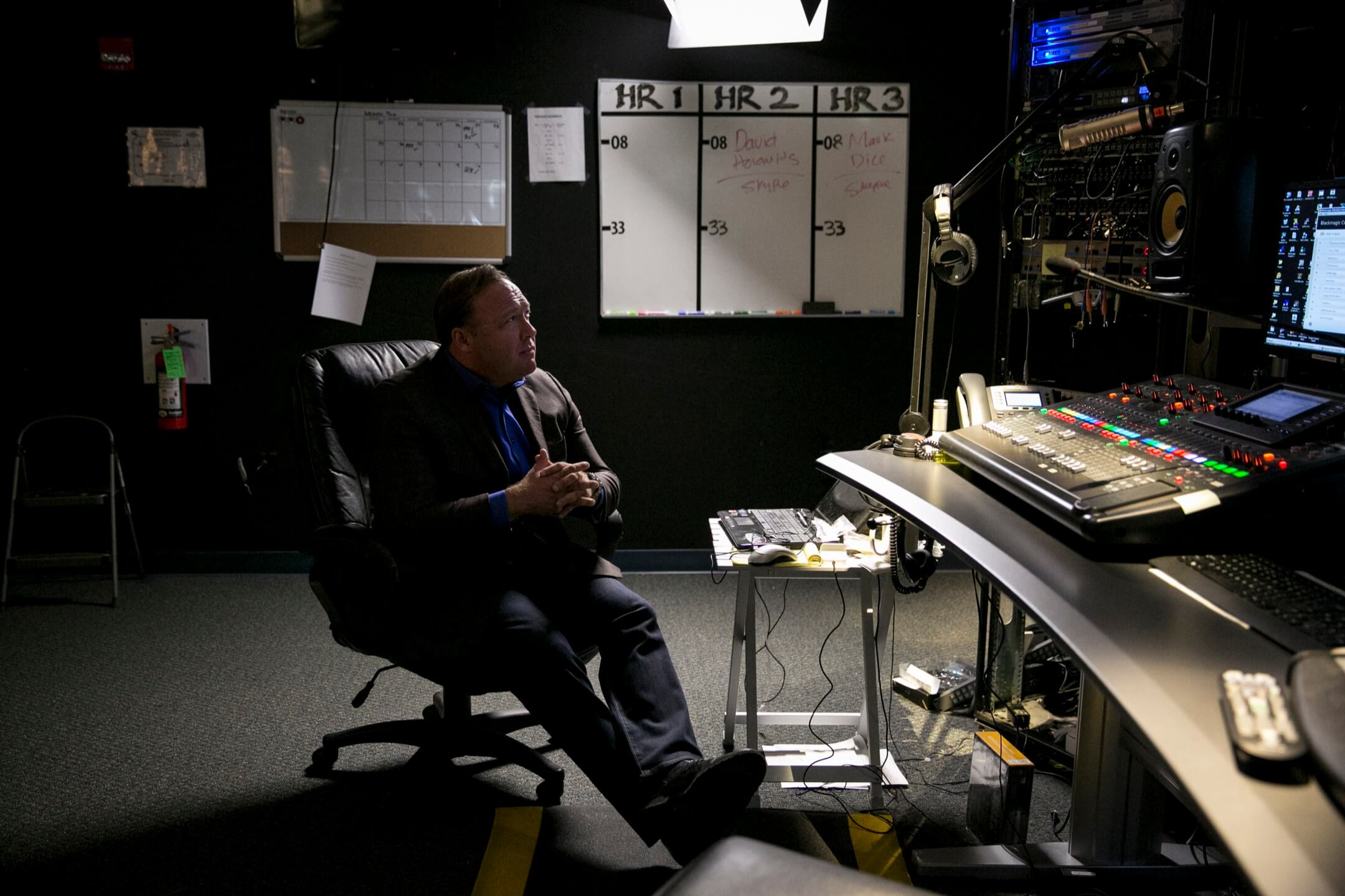 亞歷克斯·瓊斯在陰謀論界已經活躍了超過20年,他所製造和傳播的陰謀論影響力極大,其中不少也漂洋過海傳到了中國的知乎和微信上。在2016年大選中,瓊斯更從互聯網上的陰暗角落登堂入室進入了主流。圖為瓊斯的錄音室。 攝:Ilana Panich-Linsman/The New York Times via Imagine China