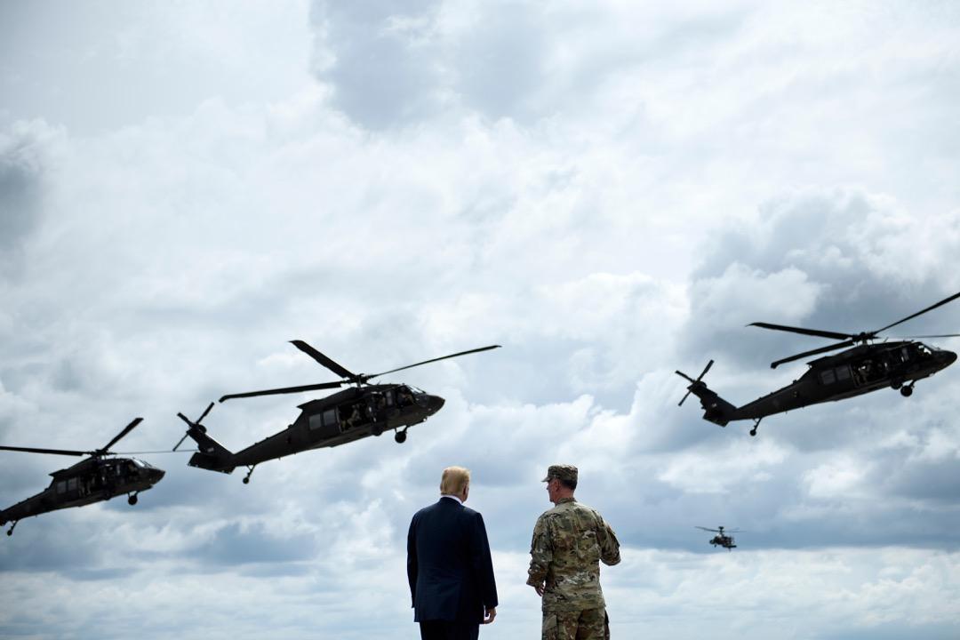 2018年8月1日,美國參議院批准的《2019財年國防授權法案》,就相對集中地體現了美國在安全等更廣泛領域的對華防範姿態。圖為2018年8月13日,美國總統特朗普於紐約州德拉姆堡陸軍基地為法案舉行簽署儀式。  攝:Brendan Smialowski/AFP/Getty Images
