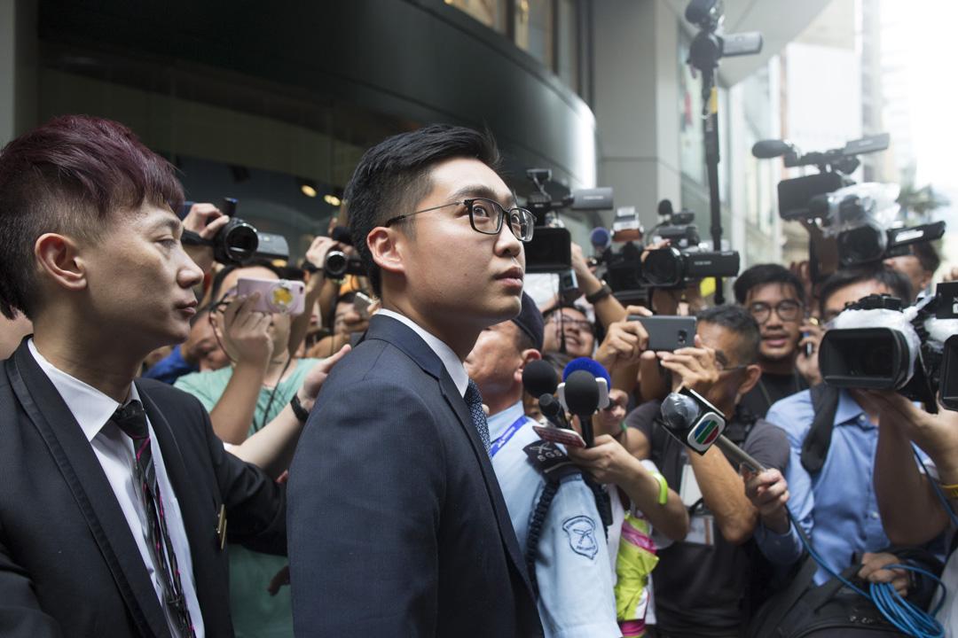 2018年8月14日,「香港民族黨」召集人陳浩天應邀到香港外國記者會(FCC)會址發表演講,離開時遭大批記者包圍。 攝:林振東/端傳媒