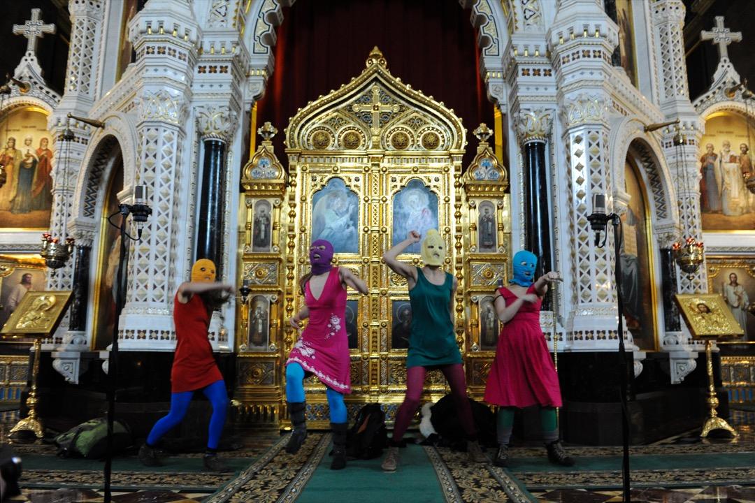 讓Pussy Riot獲得國際知名度的當屬他們在2012年2月21日闖入俄羅斯正教中心、莫斯科基督救世主大教堂的表演「朋克祈禱」。