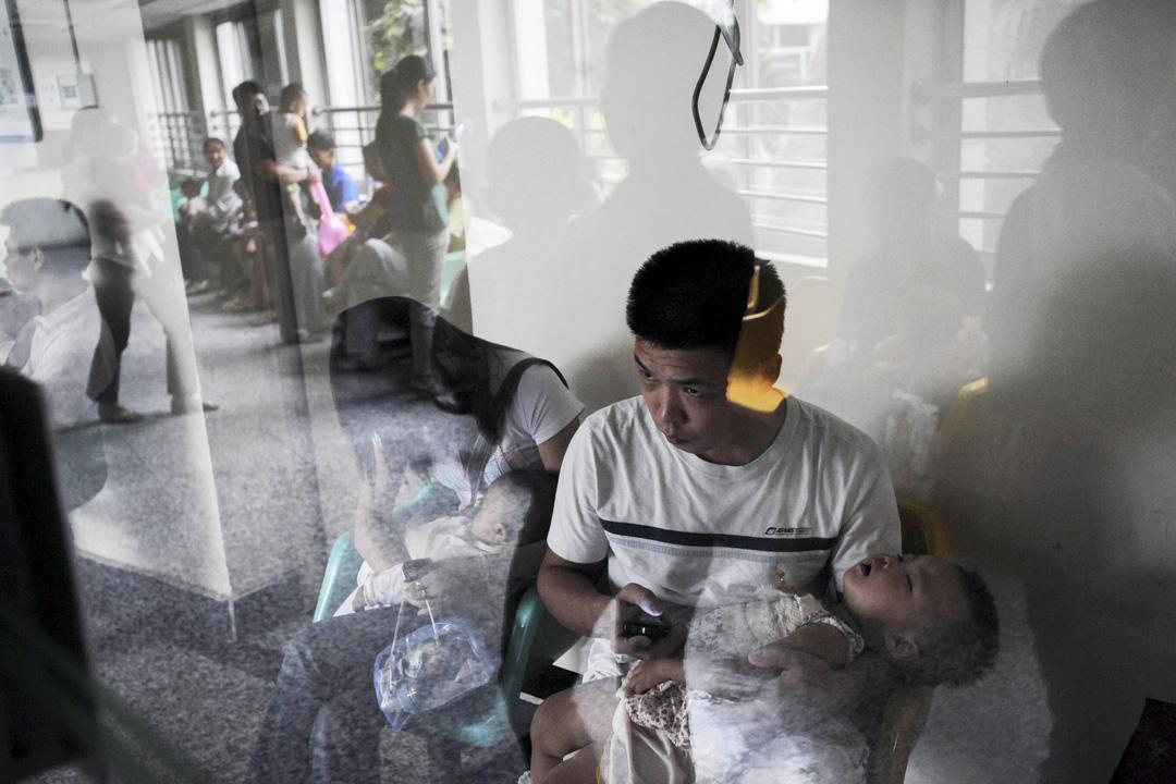 劣質疫苗事件,是一場關係到每一個中國人健康的公共安全事件,它的爆發,儼如十年前三聚氰胺事件的翻版。它似乎提醒著公眾,一切還沒有過去,仍然在每一個人的生活裡,只是換了個面貌。 攝:China Photos/Getty Images