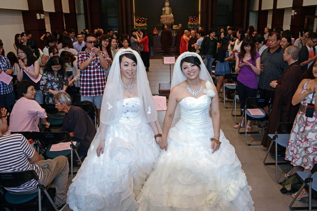 2012年8月11日,台灣人女同志美瑜(右)與雅婷在桃園的同性佛教婚禮上合影。 攝:Sam Yeh/AFP via GettyImages