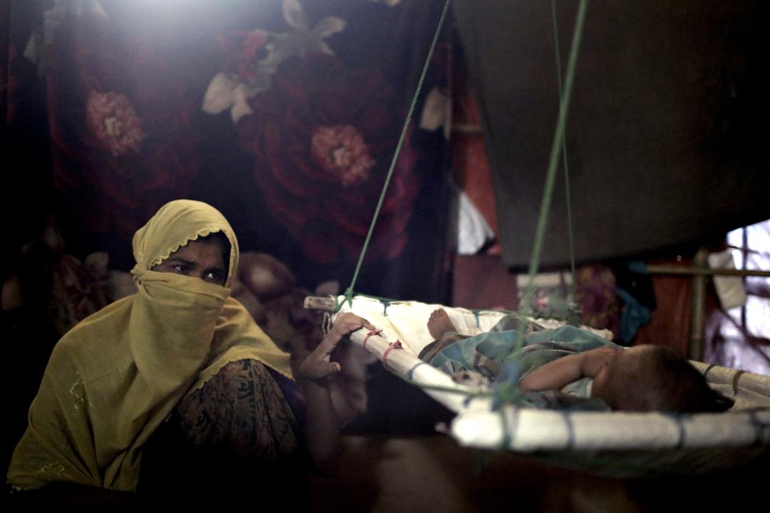 住在Kutupalong難民營的「M」,在帳篷裏晃動著搖籃中、剛誕下不久的男嬰,讓他進睡。