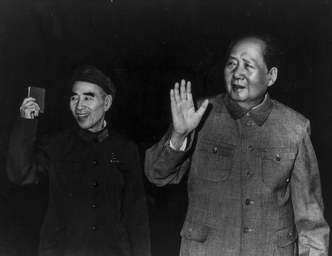 毛澤東與林彪在北京舉行新聞發布會。