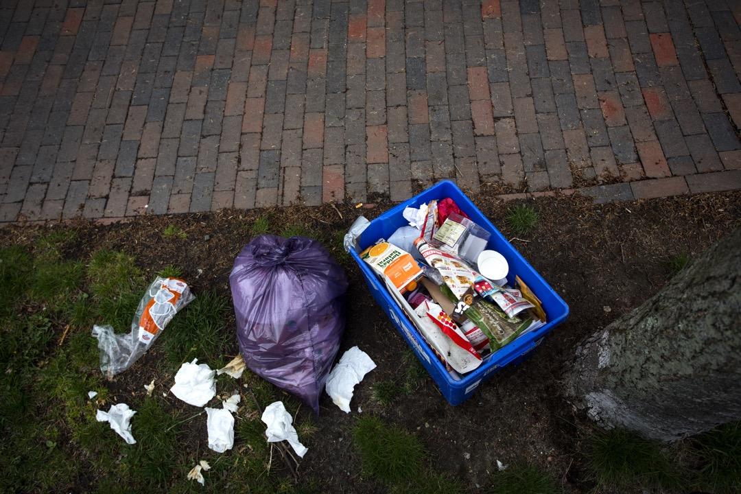 勞拉說,如果垃圾分類不達標,他們就會留下照片存證且不會把那些垃圾取走,而是留下警告性質的貼紙:「Opps」,下次回收物符合標準才會被取走。圖為一個家具回收箱。