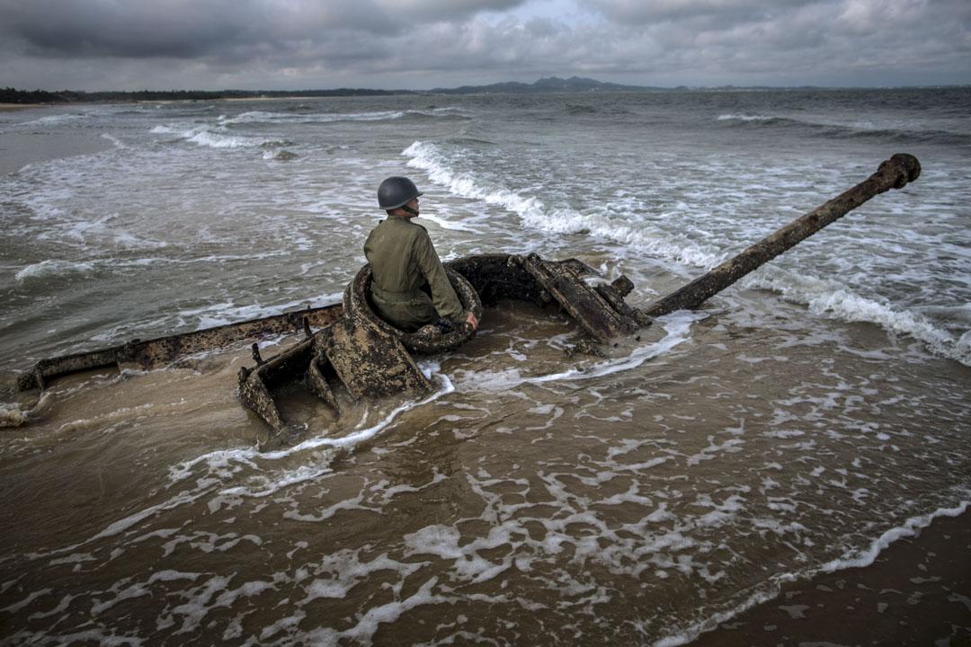 八二三砲戰六十周年之際,有攝影師帶著模特兒到金門海邊的戰時遺跡上進行藝術創作。