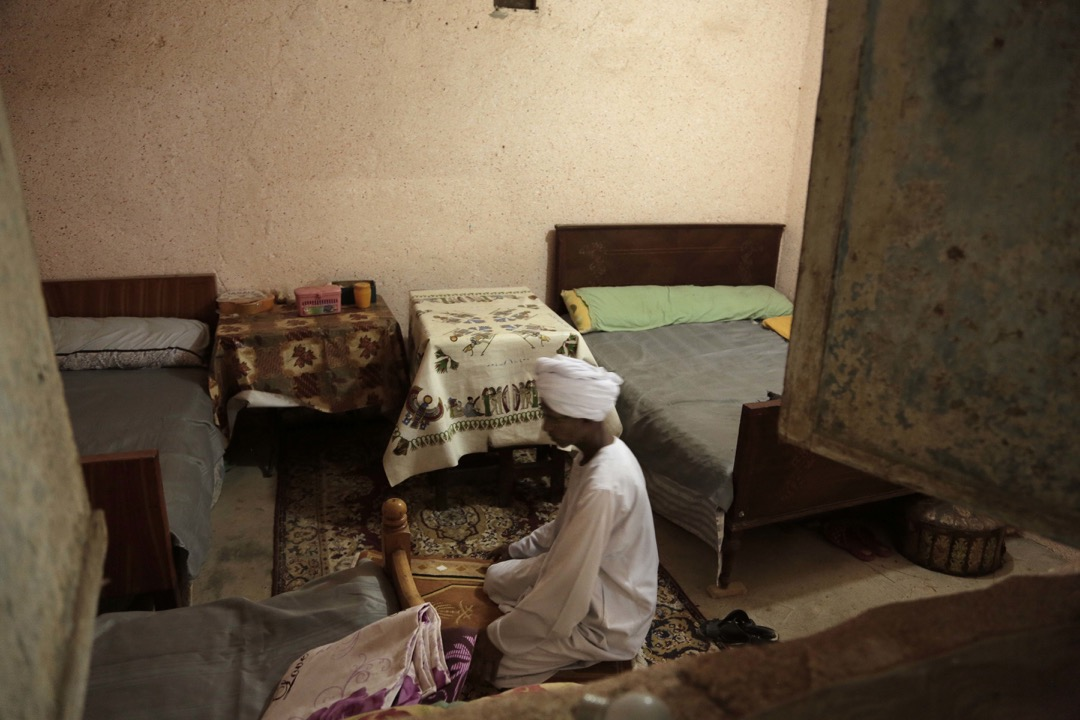 Sheikh Mohammed 在他於Eneiba村的家內禱告。