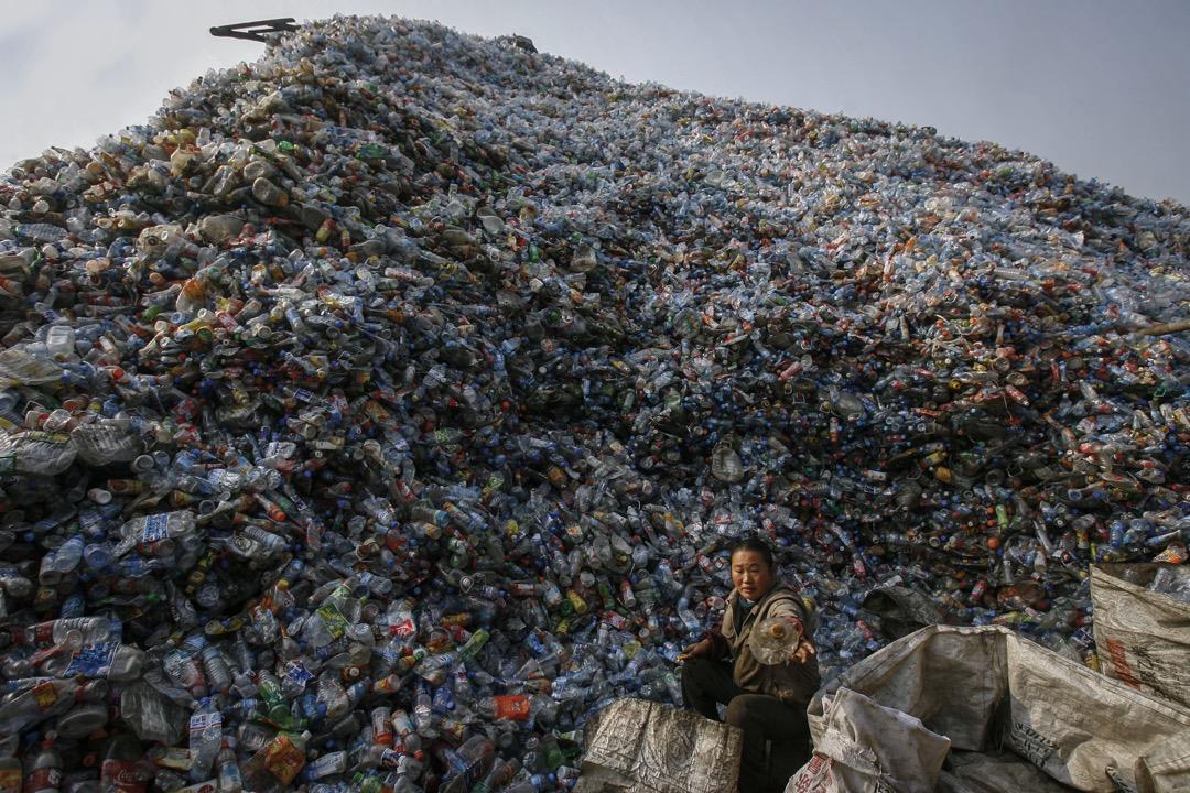 中國工廠發向發達國家的貨船,返程時常會回那些國家的回收物。經過層層分揀拆解加工,「洋垃圾」被還原為廉價原材料,進入各地工廠,最後被生產成新的貨物,重新進入全球消費市場。