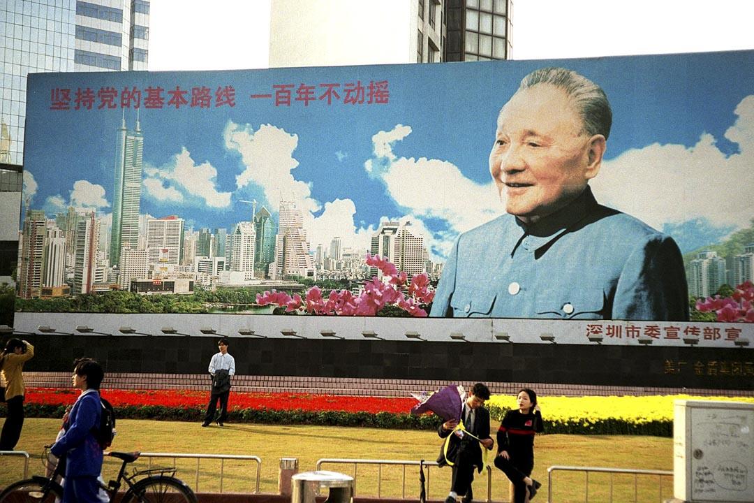 鄧小平堅信經濟興旺,才是共產黨專政的唯一可靠的基礎。所以他不但喊出「讓一部分人先富起來」的口號,而且公開禁絕「姓社姓資」的爭論。
