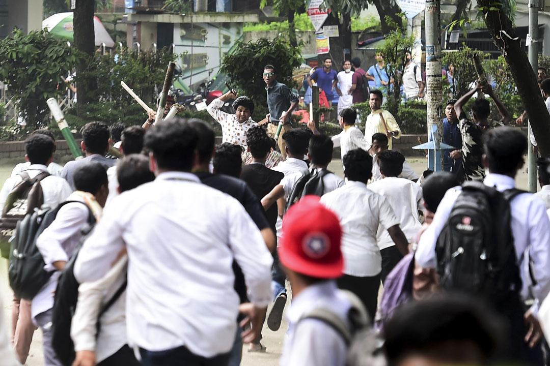 2018年8月4日,孟加拉學生在達卡的一次學生抗議中與一名身份不明的男子發生衝突。