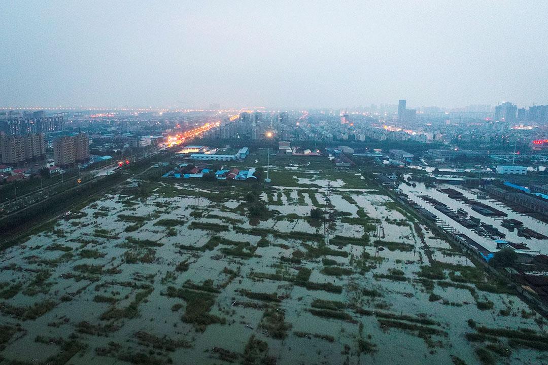 2018年8月,山東壽光因上游洩洪及颱風帶來降雨遭遇水災,損失慘重。圖為2018年8月21日,颱風溫比亞侵襲山東東營市。 圖:Imagine China
